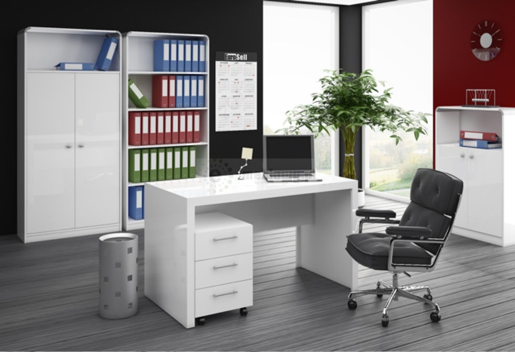 Znalezione obrazy dla zapytania: biurka i fotele biurowe